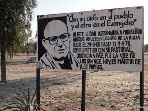 Monseñor Angelelli fue asesinado mientras viajaba por la ruta nacional 38 de regreso a la ciudad de La Rioja. Durante décadas, las agencias de la represión intentaron instalar la versión de un presunto accidente